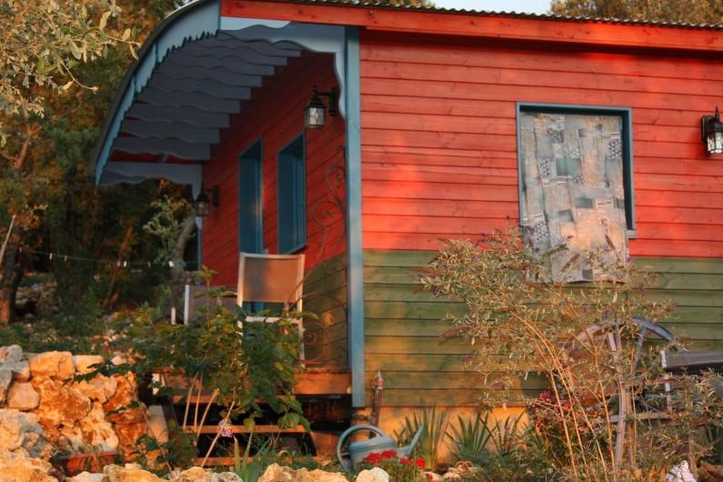 Location de vacances - Roulotte à Aniane - roulotte côté nord avec sa petite terrasse