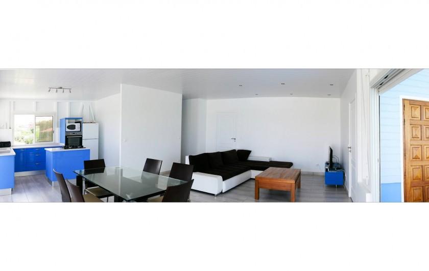 Location de vacances - Villa à Sainte-Anne - Vue d'ensemble salon/séjour/cuisine.
