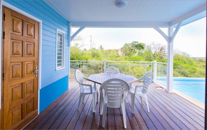 Location de vacances - Villa à Sainte-Anne - Coin repas sur la terrasse couverte.
