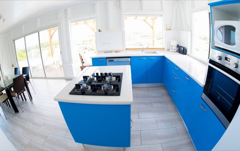 Location de vacances - Villa à Sainte-Anne - cuisine US ouverte sur le salon et sur la terrasse extérieure