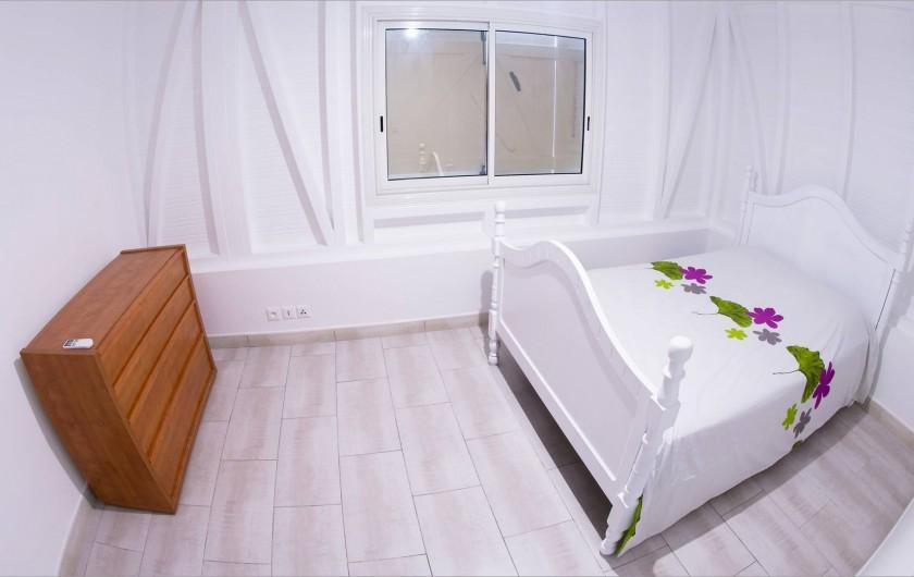 Location de vacances - Villa à Sainte-Anne - Lit 140x190 Toutes les chambres ont aussi 2 meubles de chevet avec 2 lampes.