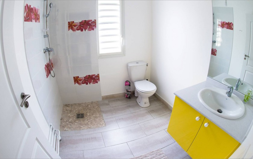 Location de vacances - Villa à Sainte-Anne - Salle de Bain commune pour deux chambres.  Douche Italienne.