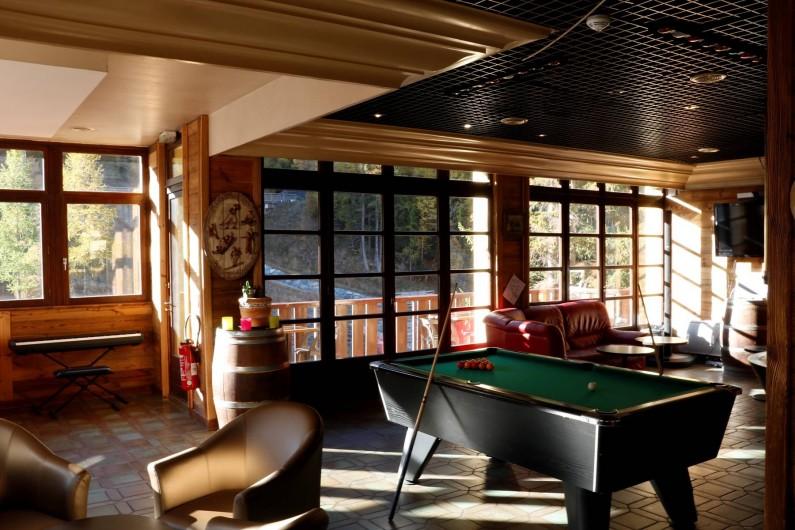 Location de vacances - Hôtel - Auberge à Lanslebourg-Mont-Cenis - L'Alpazur dispose d'un bar pour vos moments de détente.