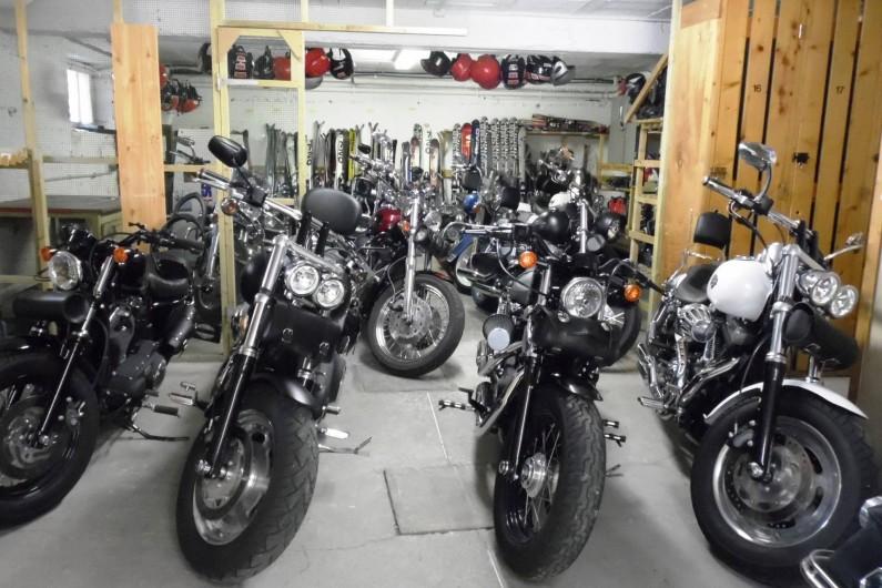Location de vacances - Hôtel - Auberge à Lanslebourg-Mont-Cenis - Un garage pour les motos et vélos (local à skis en hier) est à disposition.