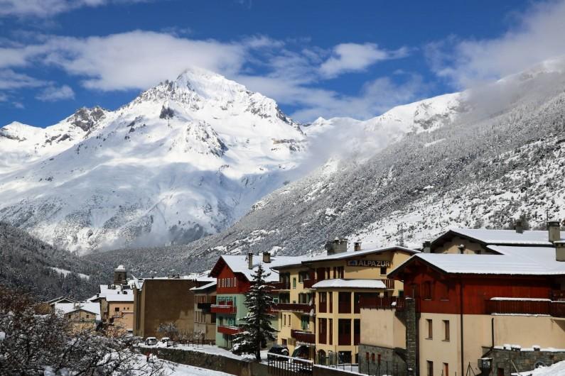 Location de vacances - Hôtel - Auberge à Lanslebourg-Mont-Cenis - En hiver, l'Alpazur est situé à 200m des remontées mécaniques de Val Cenis.