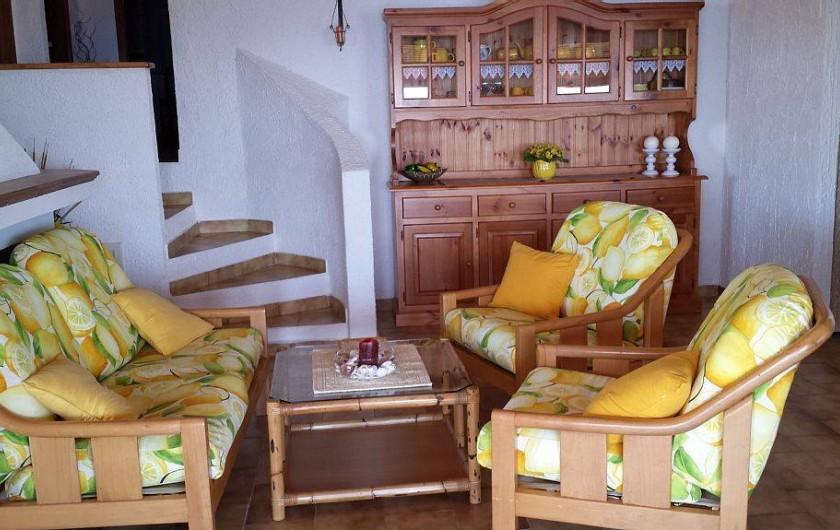 Location de vacances - Villa à Costa Rei - Salon - détail - petite escalier pour la zone nuit