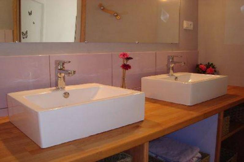 Location de vacances - Gîte à Brélès - Les vasques avec rangement dessous.
