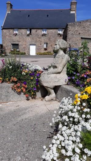 Location de vacances - Gîte à Brélès - Statue en granit au milieu du village face à l'Aber Ildut.