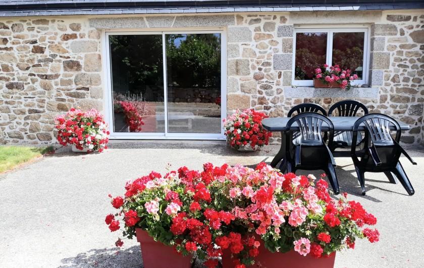 Location de vacances - Gîte à Brélès - La terrasse fleurie.