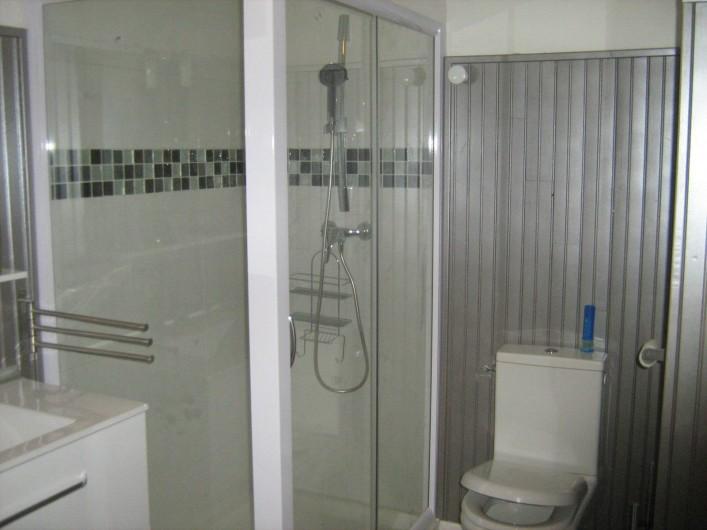 Location de vacances - Appartement à Carry-le-Rouet - Salle d'eau avec douche et toilette