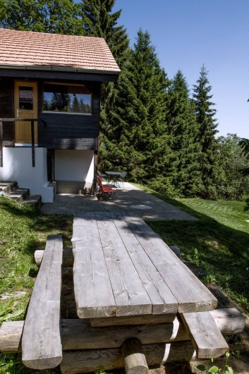 Location de vacances - Chalet à Fontaines - Table en troncs et terrasse