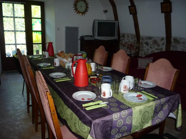 Location de vacances - Chambre d'hôtes à Saint-Martin-Cantalès - Petit-déjeuner servi dans la salle commune
