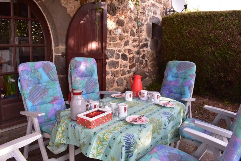 Location de vacances - Chambre d'hôtes à Saint-Martin-Cantalès - Petit déjeuner servi sur la terrasse (en cas de beau temps)