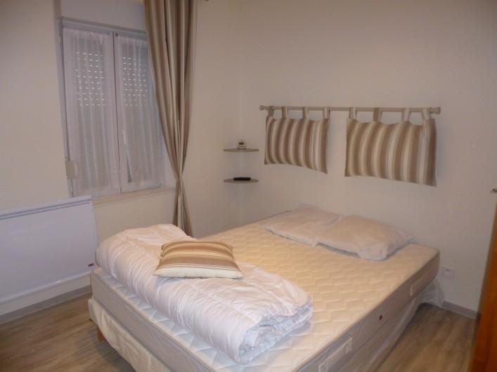 Location de vacances - Appartement à Berck - chambre 1 armoire TV écran plat