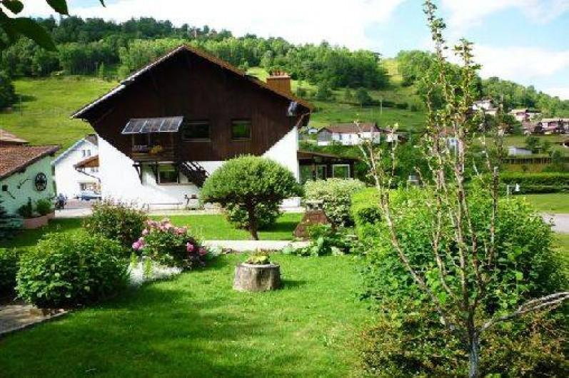Location de vacances - Gîte à La Bresse - Jardin d'agrément avec salon de jardin et barbecue