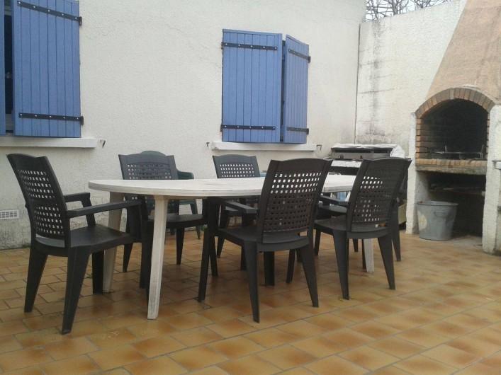 Location de vacances - Villa à Bernis - Barbecue à l'arrière de la villa