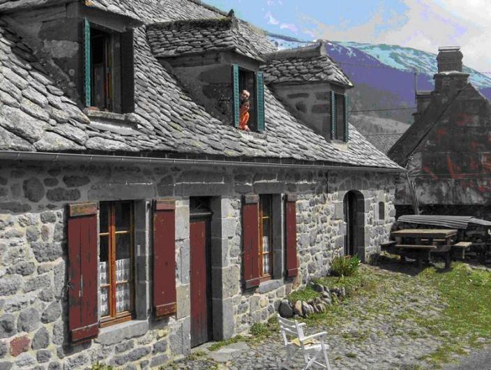 Location de vacances - Gîte à Le Falgoux - Maison vue de l'extérieur