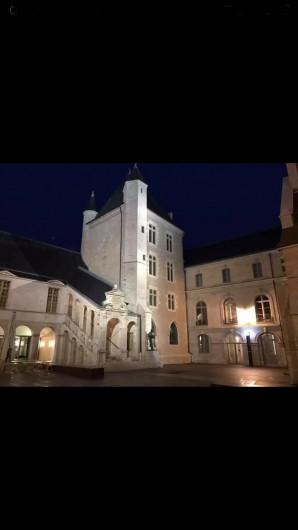 Location de vacances - Appartement à Dijon - Dijon by night : cour de la mairie et Musée des beaux arts