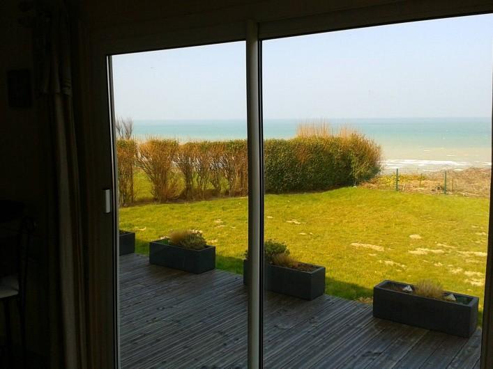 Location de vacances - Maison - Villa à Quiberville - Vue sur mer depuis la baie vitrée du séjour