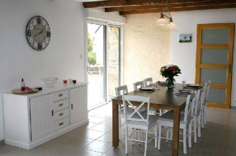 Location de vacances - Gîte à Plonéour-Lanvern - Le séjour avec grande baie vitrée donnant sur la terrasse