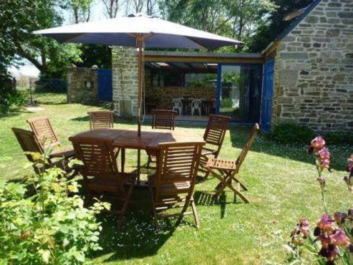 Location de vacances - Maison - Villa à Saint-Jean-Trolimon - Salon de jardin en teck et véranda avec barbecue intégré dans le poteau