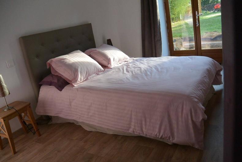 Location de vacances - Chambre d'hôtes à Les Iffs - le lit deux places de la chambre charlotte