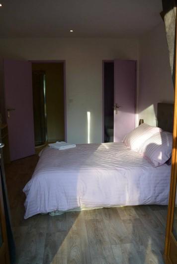 Location de vacances - Chambre d'hôtes à Les Iffs - la chambre avec vue complete sur la salle de bain et toilettes