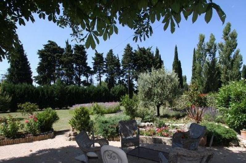 Location de vacances - Mas à Saint-Rémy-de-Provence - Le jardin vue de la terrasse
