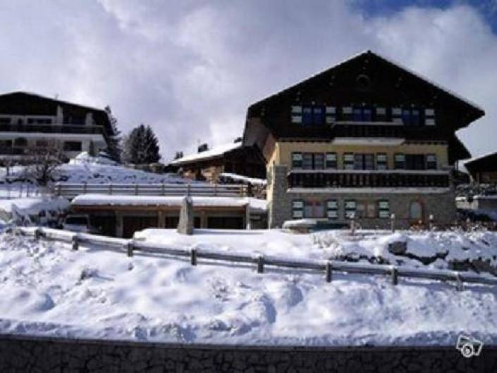 Location de vacances - Appartement à Combloux - Le chalet en hiver et vue des garages
