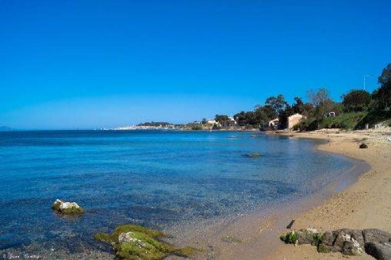 Location de vacances - Appartement à Gassin - La petite plage de la Moune  et de l'école de voile