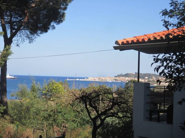 Location de vacances - Appartement à Gassin - La vue depuis la terrasse avec aperçu du balcon