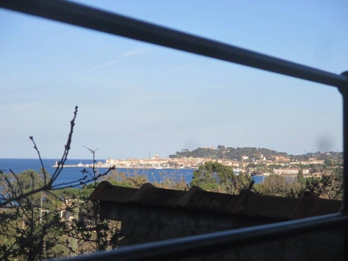 Location de vacances - Appartement à Gassin - La vue panoramique sue Saint-Tropez et le golfe depuis les baies vitrées.