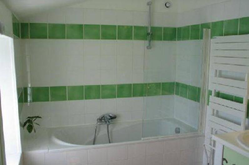 Location de vacances - Gîte à Surgères - Salle de bain à l'étage avec 2 vasques, toilettes séparées à côté