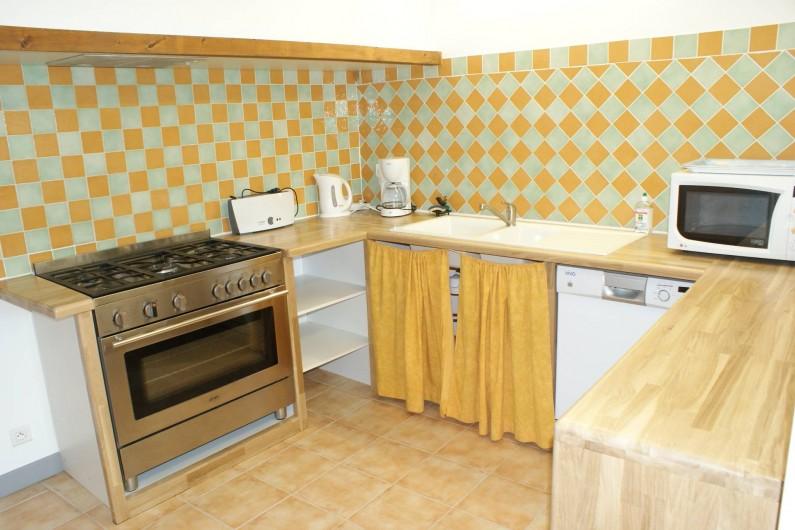 Location de vacances - Gîte à Surgères - Grande cuisine équipée avec piano en 90cm de large