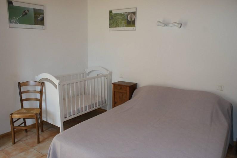 Location de vacances - Gîte à Surgères - Chambre 2 au rez-de-chaussée : 1 lit double (160x200cm) et 1 lit bébé