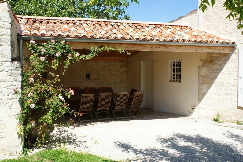 Location de vacances - Gîte à Surgères - Terrasse couverte avec salon de jardin, barbecue et transats
