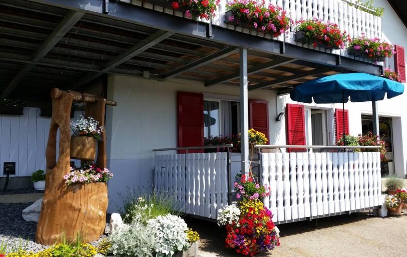 Location de vacances - Appartement à Les Breuleux - terrasse fleurie