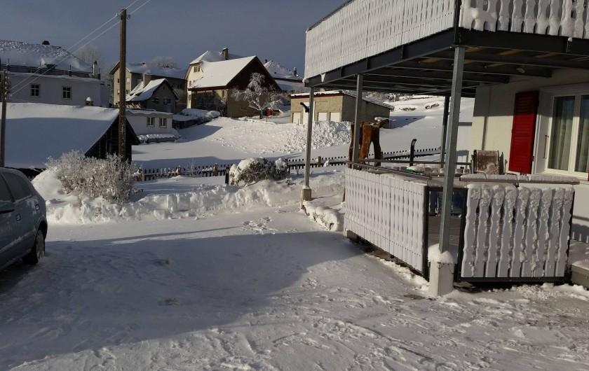 Location de vacances - Appartement à Les Breuleux - terrasse en hiver