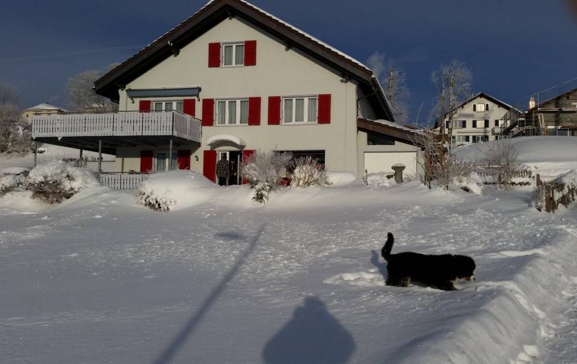Location de vacances - Appartement à Les Breuleux - la maison en hiver