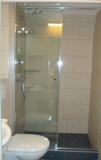 Location de vacances - Appartement à Les Breuleux - salle de douche avec WC