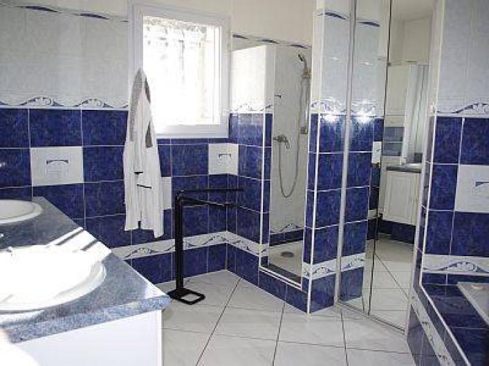 Location de vacances - Villa à Solliès-Toucas - LA SALLE DE BAIN. COMPOSEE D'1BAIGNOIRE, 2 VASQUES,1 PENDERIE