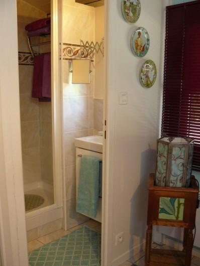 """Location de vacances - Villa à Arsac - Salle de douche et WC pour la chambre """"Cabernet"""""""