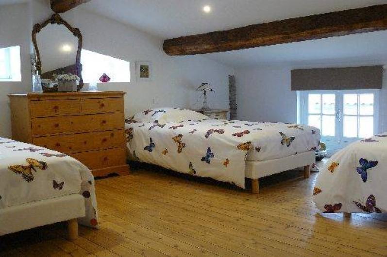 """Location de vacances - Villa à Arsac - Chambre """"Papillons"""" pour 4 personnes + un lit parapluie pour Bébé"""