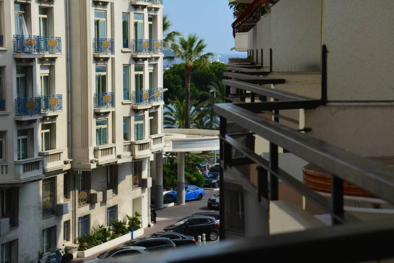 Location de vacances - Appartement à Cannes - vue de la terrasse, mer à 80 mètres
