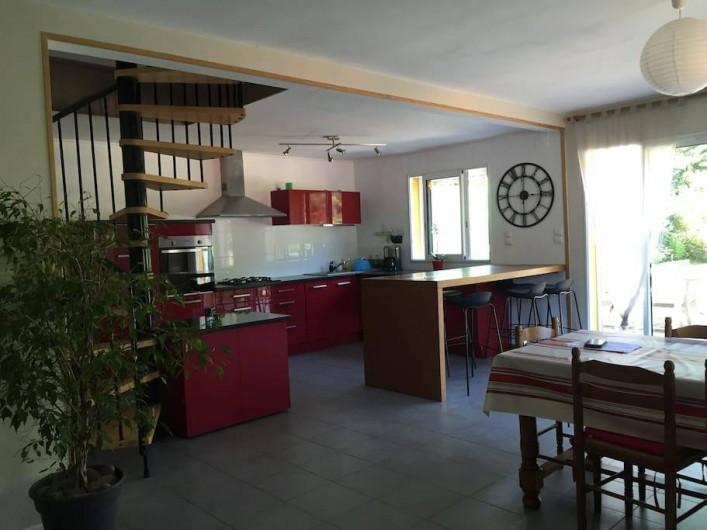 Location de vacances - Villa à Saint-Martin-de-Seignanx - cuisine ouverte avec table comptoir 6 tabourets donnant sur salle à manger 8 pl