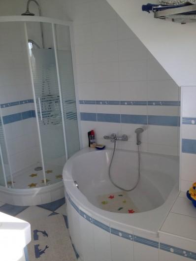 Location de vacances - Villa à Gâvres - Salle de bains  avec 2  lavabos et WC