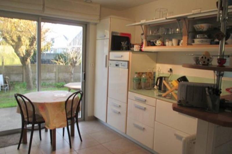 Location de vacances - Villa à Gâvres - cuisine TB équipée donnant sur terrasse sud