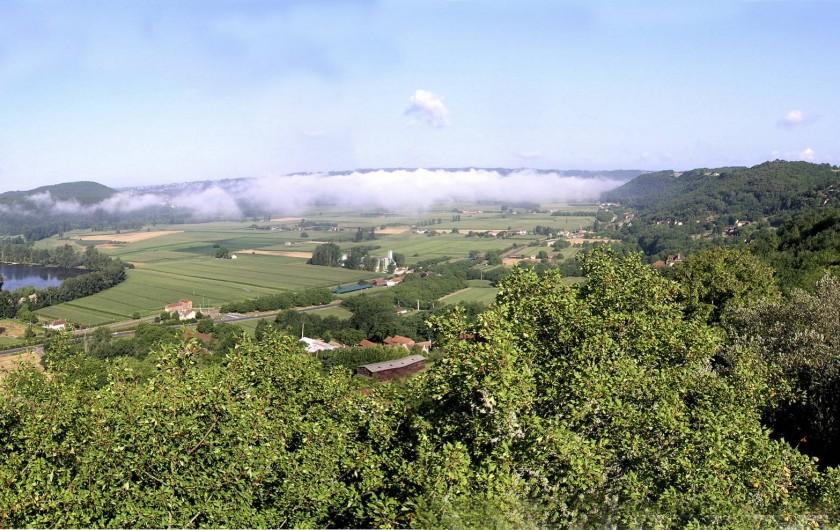 Location de vacances - Maison - Villa à Bézenac - Vue sur la vallée depuis la cour