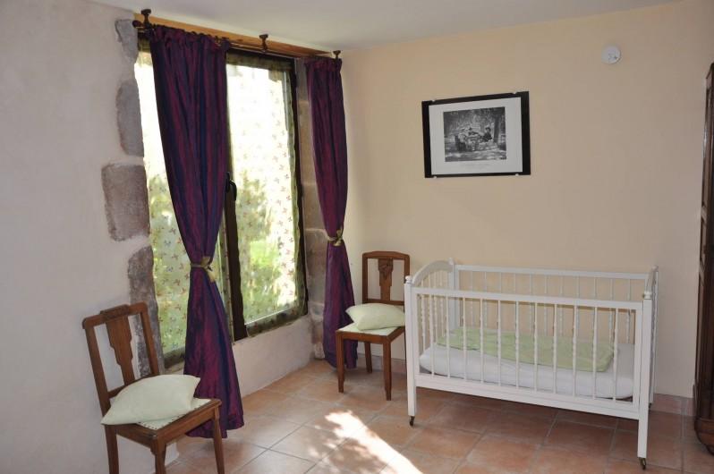 Location de vacances - Gîte à Saint-Eugène - chambre 1 du RDC avec lit bébé