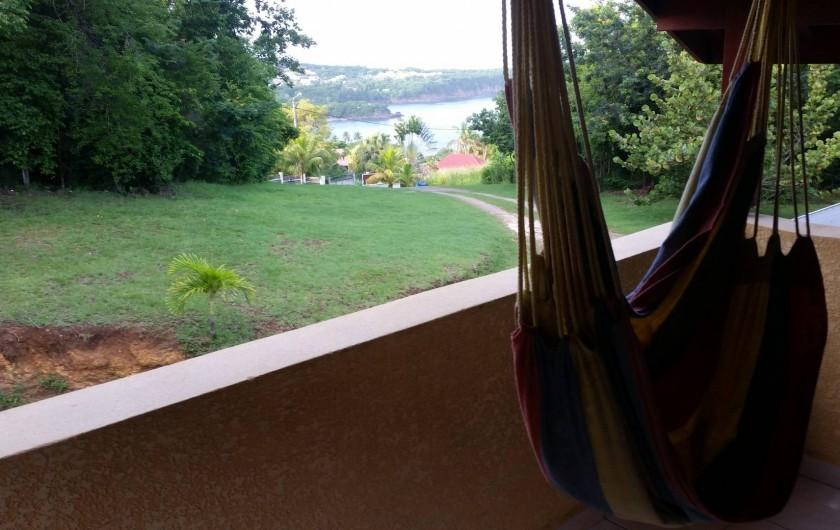 Location de vacances - Villa à Deshaies - Hamac, vue sur Ferry